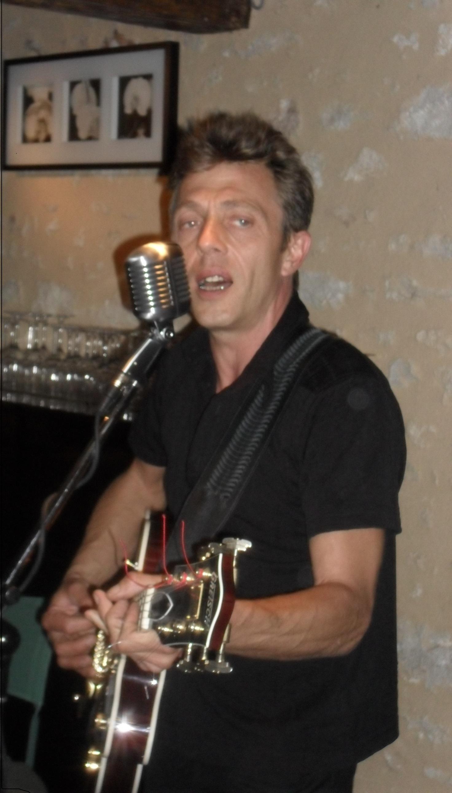 Ludo Chanteur Crooner Guitariste